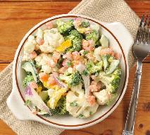 Sałatka z kalafiorów i brokułów w czosnkowym sosie: przepis idealny na lato