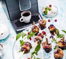 Mrożona kawa z tonikiem na patyczkach - sorbet tonicpresso ze świeżymi owocami