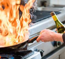 Alkohol - do czego przydaje się w kuchni? Flambirowanie, wekowanie, ciasta i kremy