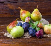 Deser z grilla: przepis na grillowane owoce - śliwki, jabłka, gruszki