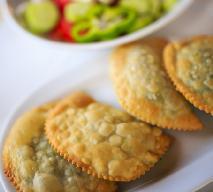 Greckie pierogi pieczone z serem feta: pyszna przekąska + WIDEO