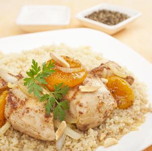 Kuskus z kurczakiem i owocami: przepis na lekkie i zdrowe danie