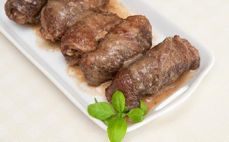 Zrazy zawijane z rabarbarem - idealne danie na majowe przyjęcia
