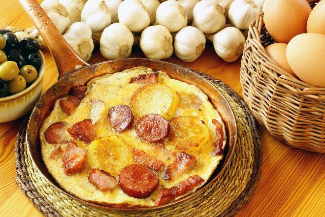 Ekspresowy omlet z ziemniakami, kiełbasą i boczkiem