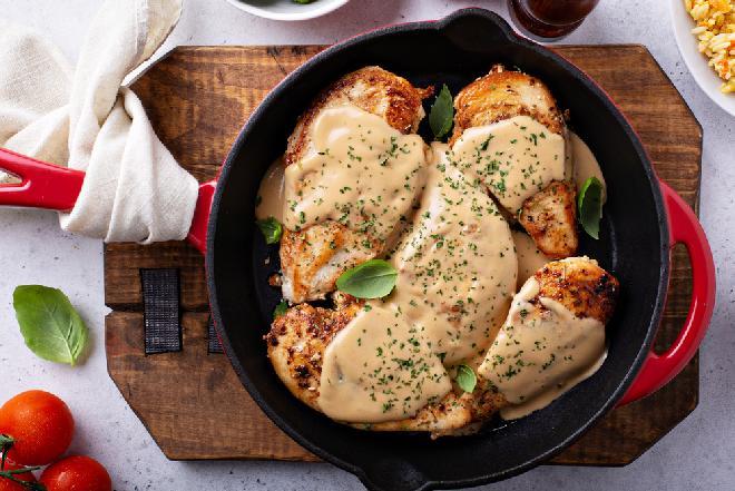 Aromatyczne kotleciki z piersi z kurczaka w ziołowym sosie