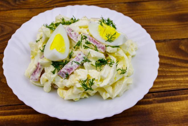 Majonezowa sałatka z kapusty pekińskiej z kiełbasą i jajkiem