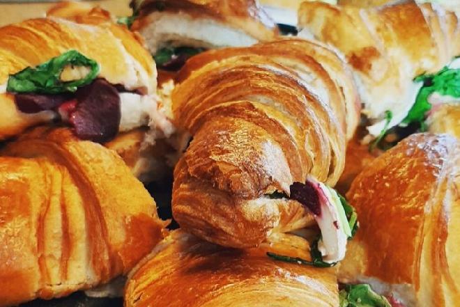 Puszyste bajgle i chrupiące croissanty w menu przekąskowym Starbucks