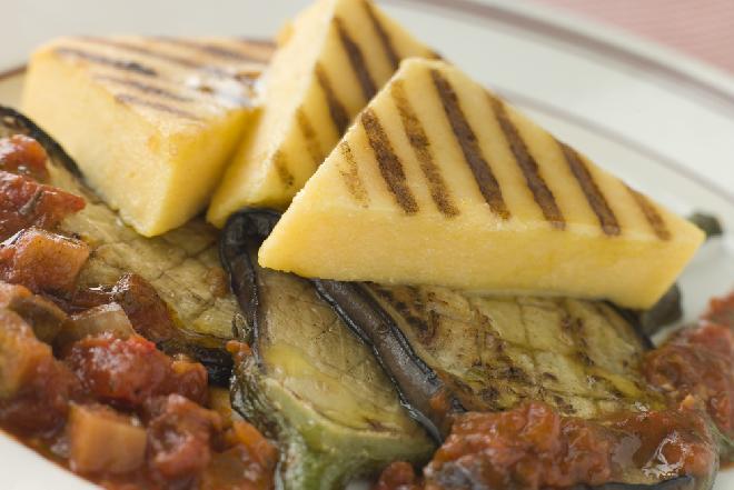 Gulasz z groszkiem i grillowaną ziołową polentą