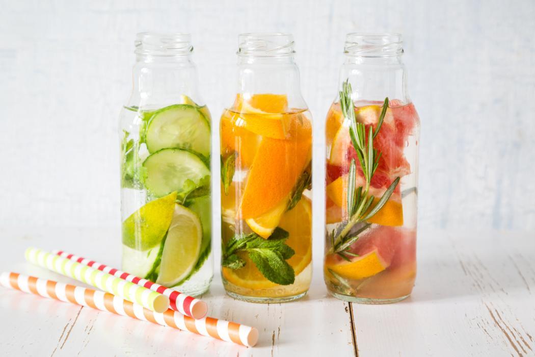 Wody smakowe, przepis na domowe orzeźwienie