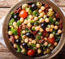 Kolorowa sałatka z ciecierzycy i pomidorów: przepis na śródziemnomorską pyszotę