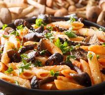 Makaron z opieńkami i pomidorami: przepis na pyszny sos ze świeżych opieniek miodowych