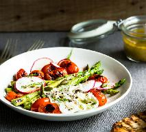 Szparagi pieczone z pomidorami, czarnymi oliwkami i bazylią - przepis na pyszne pieczone szparagi