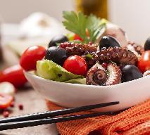 Sałatka ze świeżych warzyw z gotowaną ośmiornicą
