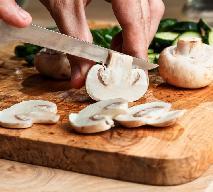 Surówka z pieczarek po francusku - prosta przekąska pieczarkowa z cytryną i czosnkiem