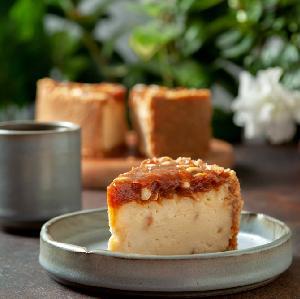 Najlepszy sernik o smaku snickersa - przepis na sernik z karmelem i orzechami