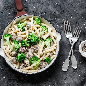 Makaron zapiekany z klopsikami i brokułami: zdrowy i pożywny obiad rodzinny