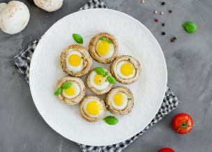 Pieczarki z jajkami przepiórczymi: łatwy przepis na efektowną przystawkę na ciepło