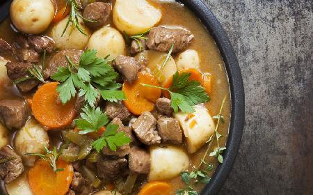 Pyszny gulasz z warzywami korzeniowymi - idealny obiad na chłodne dni