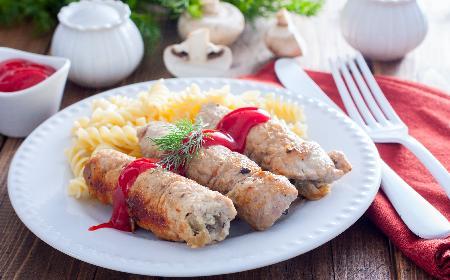 Roladki z szynki wieprzowej nadziewane grzybami: lepszych zrazów zawijanych nie jedliście!
