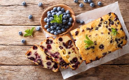 Beztłuszczowe ciasto jogurtowe z borówkami - łatwe i przepyszne