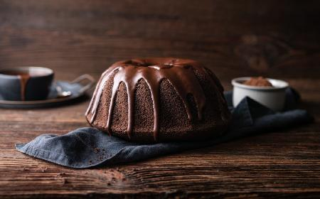 Wilgotna babka kakaowa z polewą: łatwy przepis na puszyste ciasto czekoladowe