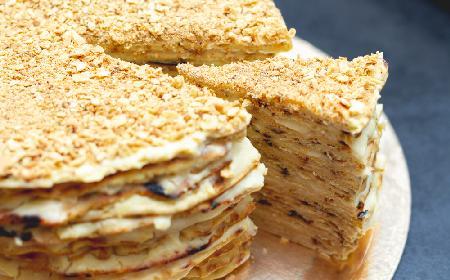 Bajecznie pyszne ciasto miodowe z gotowanym kremem twarogowym: nowy, ulepszony przepis