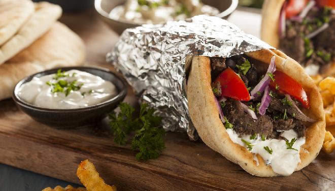 Domowy gyros z mięsa mielonego: łatwy przepis na soczystą pieczeń wołową