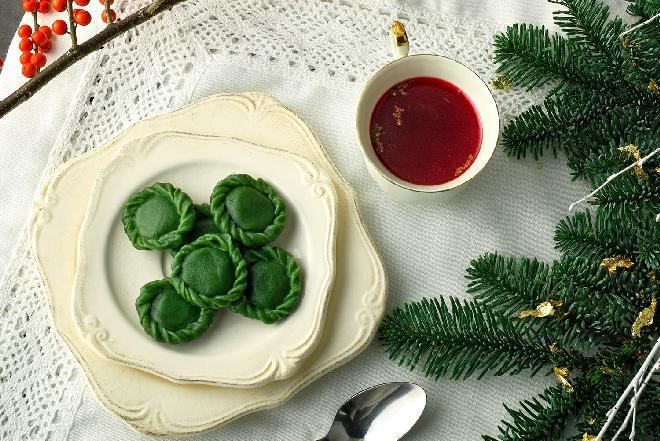 Zielone pierożki do barszczu czerwonego: bajeczny przepis na świąteczną magię