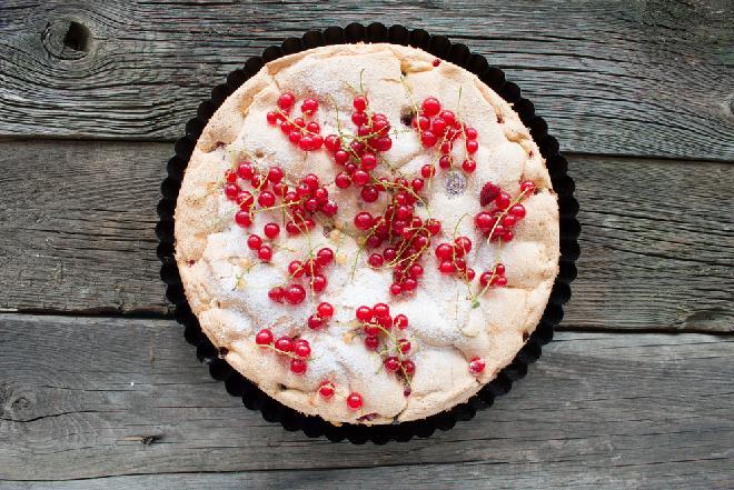 Jogurtowy placek z czerwoną porzeczką: oryginalny przepis na obłędnie pyszne ciasto
