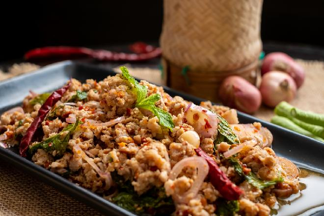 Ryż smażony z mięsem mielonym i warzywami na sposób chiński
