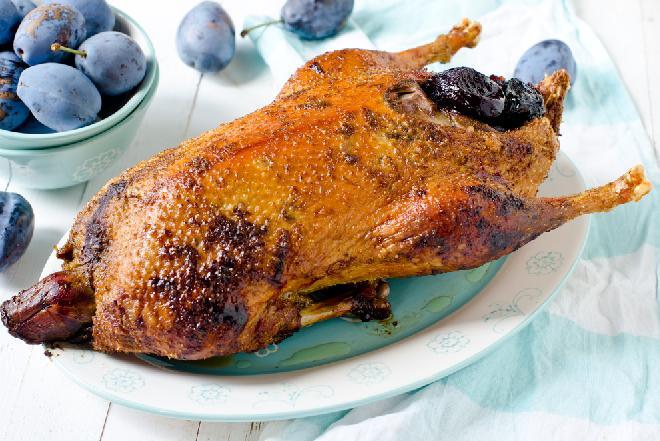 Pieczona gęś z sosem z powideł śliwkowych: pomysł na rodzinny obiad