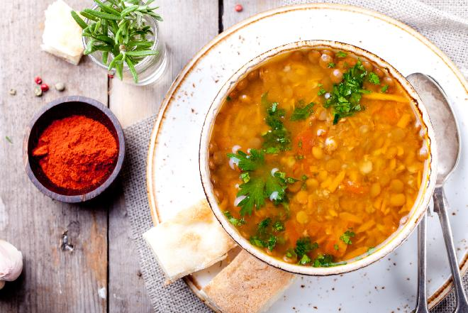 Rozgrzewająca zupa z soczewicy: przepis w sam raz na chłodne dni